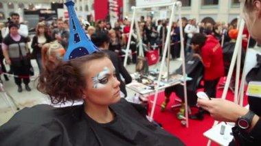 Visagiste fa corpo arte per il modello con cappello come torre eiffel al xvii festival internazionale di bellezza 2010 — Video Stock