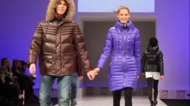 Young people in pairs in winter clothes from Snowimage Collection — Stock Video