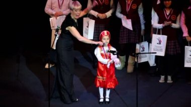 Little girl sings on scene with other winners — Stock Video