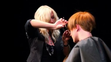 Hairdresser Evgenia Soboleva do haircut for man at Davines Hair Show 2010 — Stock Video