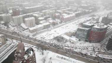 Houses and street traffic on Sadovoye Koltso in Moscow at winter — Stock Video