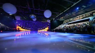 Many people in sport complex wait for begining of ice show — Stock Video