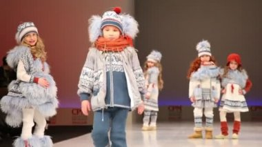 Boy and four girls in winter clothes from Mayoral Collection — Stock Video