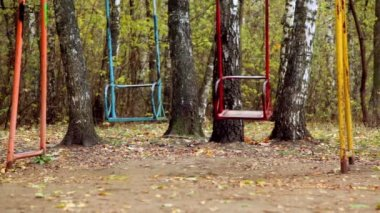 Par de vaivén swing metálicos vacíos en grove — Vídeo de Stock