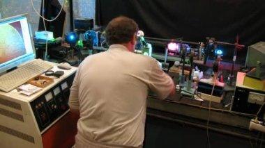 実験助手物理学実習、時間の経過での機器の設定 — ストックビデオ