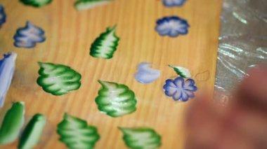 Processus de peinture sur écorce de bouleau — Vidéo