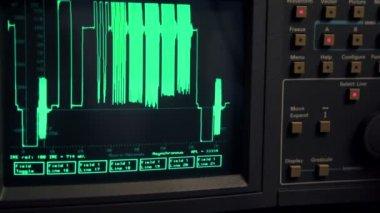 Curva appaiono sullo schermo dell'oscilloscopio, mano spingere alcuni pulsanti — Video Stock