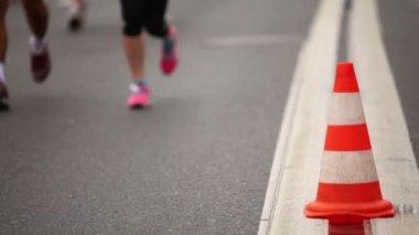 在运动服饰中运行的双腿和在沥青上慢跑附近锥鞋 — 图库视频影像