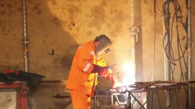Worker weld metal gratings by acetylene torch — Stockvideo