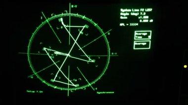 曲線は、オシロ スコープの画面上の結果テーブルによって置き換えられました — ストックビデオ