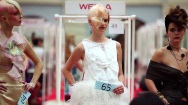 Vários modelos com números mostrados em movimento no xvii world festival internacional de beleza, 2010 — Vídeo Stock