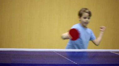 小男孩穿蓝衬衫打乒乓球 — 图库视频影像