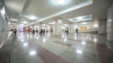 Mensen in hal met marmeren vloeren en kolommen — Stockvideo