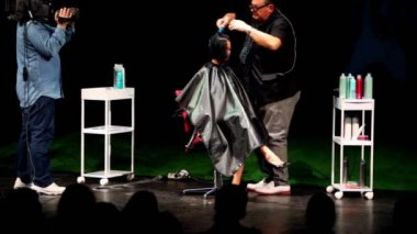 Tim Hartley makes hairdress for brunette at Davines Hair Show 2010 — Stock Video