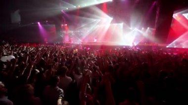 Ragazze ballano sul palco popolare olandese dj armin van buuren visualizza — Video Stock