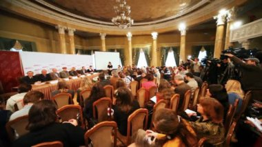 Presentation of film Master and Margarita with journalists in big round hall — Stock Video