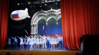 Actors from Russian National ballet Kostroma left to say goodbye to spectators — Stock Video