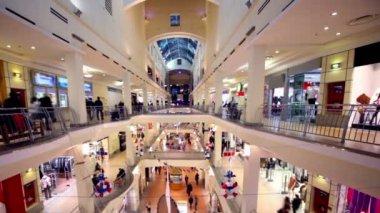 люди ходят вдоль бутиков на нескольких этажах торговый центр атриум — Стоковое видео