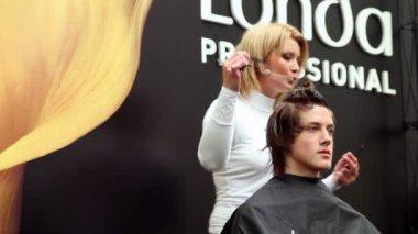 发型师做的发型在大师班从 londa — 图库视频影像