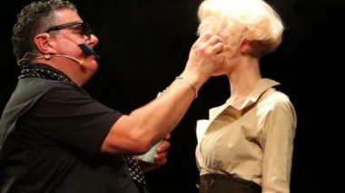 Tim Hartley sprays hairspray on blonde at Davines Hair Show 2010 — Stock Video