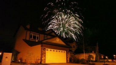 Fireworks at dark sky over house in cottage village — Stock Video