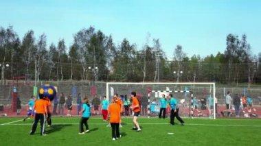 Menschen spielen fußball mit großen aufgepumpten ball, wettbewerb tolles rennen 2010 — Stockvideo