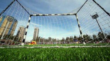 Personas involucradas en el deporte, ve detrás de la puerta en el estadio de fútbol — Vídeo de Stock