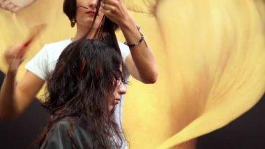 Frisör i åtgärder på xvii internationella festival värld av skönhet 2010 — Stockvideo