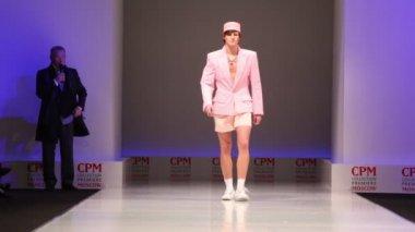 Man wear pink summer suit from Slava Zaytzev walk the catwalk — Stock Video