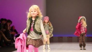 Three little girls in winter clothes from Snowimage Collection — Stock Video