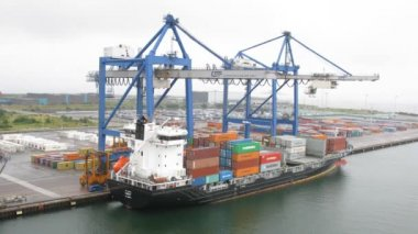 Cranes load ship in port — Stock Video
