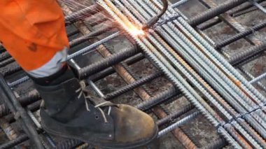 Worker legs weld metal grating by acetylene torch — Stock Video