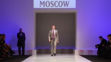 Man wear gray suit from Slava Zaytzev walk catwalk in Collection Premiere Moscow — Stock Video