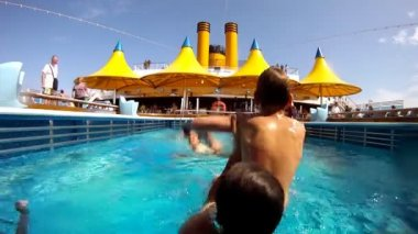 Father stays in pool and throws son in water — Stock Video