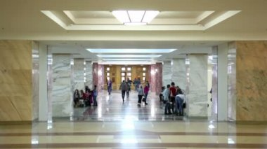 Students in symmetric hall in building of main library Moscow State University — Stock Video