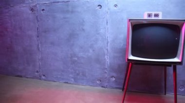 Old-fashioned TV with hours on it about block wall — Стоковое видео