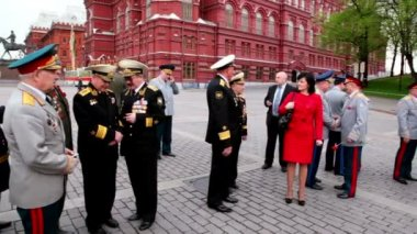 Navy and Internal Affairs High Command veterans walk around near Kremlin — Stock Video