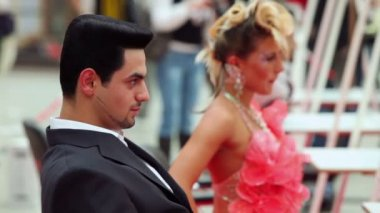 Güzel saç modeli ile pembe elbiseli kadın ve erkek — Stok video