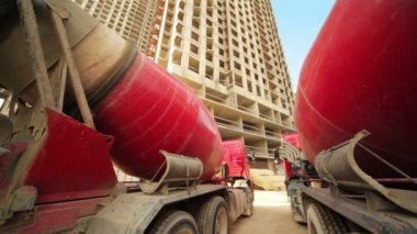 Between two concrete mixer near unfinished house — 图库视频影像