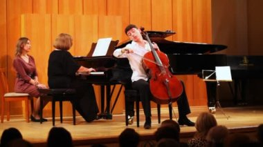 Narek Hakhnazaryan plays cello, Gayane Hakhnazaryan plays piano in Museum of Musical of Culture — Stock Video