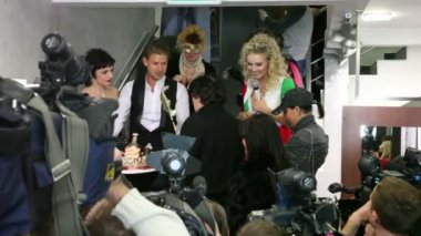 Lead singer of Hi-Fi handed gift cake in boutique SERGIO BELLINI — Stockvideo