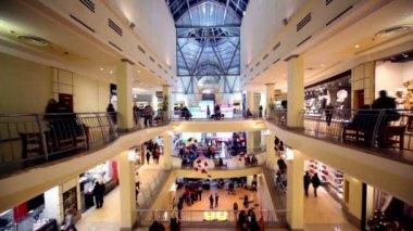 Insanlar yürüyüş boyunca butikler ve diğer sit tezgah üzerinde birden fazla katlı Ticaret Merkezi — Stok video