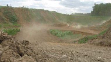 在耐力赛比赛期间运行的尘云的攻略 — 图库视频影像