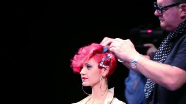 Tim Hartley comb hair of model at Davines Hair Show 2010 — Stock Video