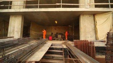 Zwei arbeiter schweißen metall gitter von acetylen fackeln — Stockvideo