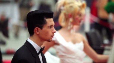 在 xvii 国际电影节世界美 2010年的平台发型西装的男人 — 图库视频影像