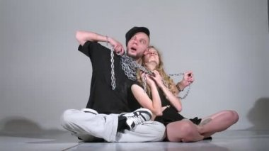 Woman and guy and with chain pose for photographer in studio — Stock Video