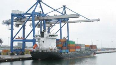 Statek towarowy obciążony ładunku, upływ czasu — Wideo stockowe