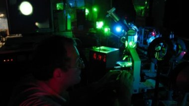 Research of microobject movement with laser beam in physics lab, time lapse — Stock Video