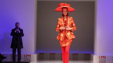 Woman wear red suit and hat from Slava Zaytzev walk the catwalk — Stock Video